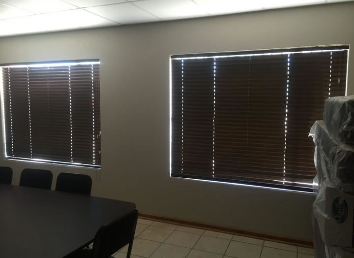 The 50 mm Dark Mahogany Aluwood blinds in the boardroom of Interstate Buslines, blends in well with the dark wooden boardroom table and the lighter wall and tile colours.